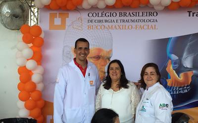 Dr. Lúcio, coordenador do Capítulo XV, recebe na tenda do Colégio, no Bem Estar em Salvador, a Presidente da ABO-BA, Dra Maria Angelica Behrens e a Dra Maria Rita